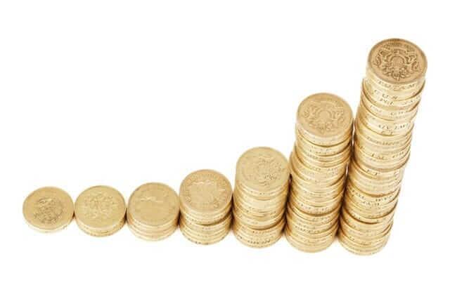Monedas apiladas simulando crecimiento kudda empresa