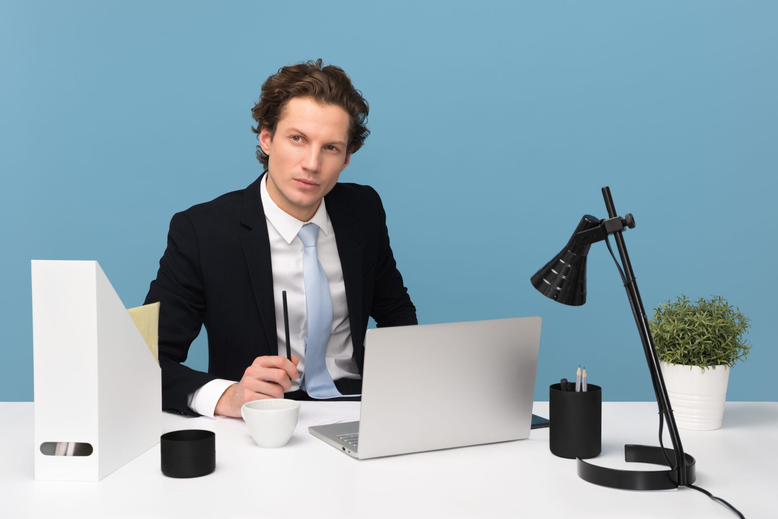 Hombre pensando y enfocado en los resultados de sus negocios